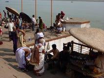 vallfärdar hinduiska heliga män för gather arkivbilder