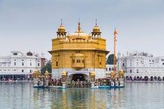 Vallfärdar på den guld- templet, den mest holiest sikh- gurdwaraen i världen fotografering för bildbyråer