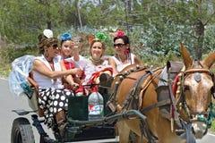 Vallfärdar på deras väg att vallfärda kyrklig El Rocio Arkivfoto