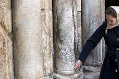 Vallfärdar sätter händer på kolonner på den huvudsakliga ingången av kyrkan av den heliga griften, Jerusalem, Israel, arkivfoto