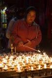 Vallfärdar tända upp stearinljus på den Boudhanath stupaen Royaltyfri Fotografi