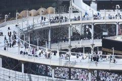 Vallfärdar Tawaf runt om al-Kaaba, medan byggnationer är Goin royaltyfria foton