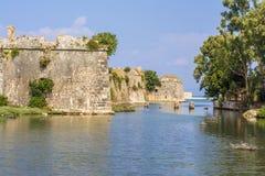 Vallgrav och väggar av den Venetian slotten av Agia Mavra - grekisk ö av Lefkada Royaltyfri Fotografi
