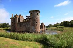 Vallgrav runt om den Caerlaverock slotten, Skottland arkivbilder