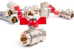 Valli della palla del portone dell'impianto idraulico, tubo flessibile flessibile dell'acqua e montaggi immagine stock libera da diritti