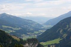 Valli verdi e picchi di alta montagna Immagine Stock