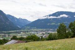 Valli verdi e picchi di alta montagna Fotografia Stock Libera da Diritti