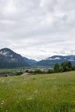 Valli verdi e picchi di alta montagna Fotografia Stock