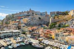 Vallon des Auffes är lite den traditionella fisketillflyktsorten i Marseille royaltyfria bilder