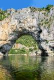 Vallon Pont d'Arc,在河的自然岩石桥梁Ard的 免版税图库摄影
