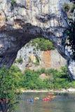 Vallon Pont d'Arc,在河的自然岩石桥梁Ard的 库存照片