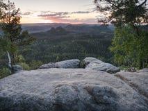 Vally μεταξύ των βράχων Σύνοδοι κορυφής αναρρίχησης βράχου το όμορφο πρωί στοκ εικόνες