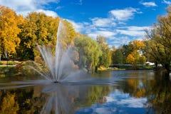 valmiera letland Het landschap van de stadsherfst met een vijver en een fontein stock fotografie
