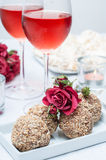 Valnöt-choklad tårtor, blommor och rosa wine Fotografering för Bildbyråer