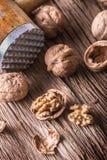 valnöt Valnötkärnor och hela valnötter på den lantliga gamla ektabellen Royaltyfri Foto