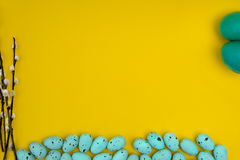 Valnötmuffin på en vit bakgrund Arkivbild