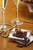 valnötter för guld för bakgrundschampagneexponeringsglas Royaltyfria Foton