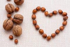Valnötter hasselnötter på en träbakgrund arkivbild