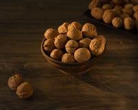 Valnötter i bunkelögnen på en trätabell arkivfoto