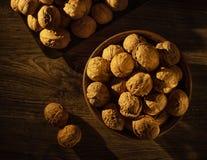 Valnötter i bunkelögnen på en trätabell royaltyfri foto