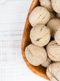 Valnötter i en bunke Arkivbild