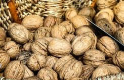 Valnötter i en till salu korg, Closeup Sund mat för vinterdagar royaltyfria bilder