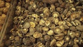 Valnötter och torkade champinjoner som säljs i supermarket, lagerför längd i fot räknatvideoen arkivfilmer
