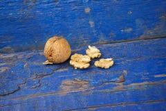 Valnötter på en blå träbakgrund arkivfoto