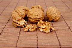 Valnötter på en brun träbakgrund Arkivfoto