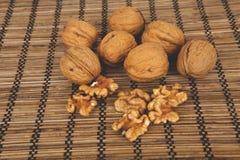 Valnötter på en brun träbakgrund Royaltyfri Foto