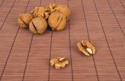 Valnötter på en brun träbakgrund Royaltyfria Bilder