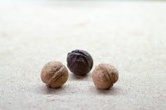 Valnötter på en gul tabell Royaltyfri Foto
