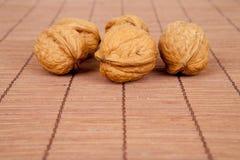 Valnötter på en träbakgrund Arkivbilder