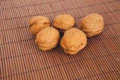 Valnötter på en träbakgrund Royaltyfri Fotografi