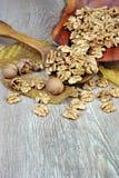 Valnötter på en träbakgrund, i en platta en användbar näringsrik proteinprodukt Top beskådar royaltyfria bilder