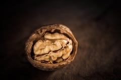Valnötter på en trätabell Royaltyfri Bild