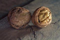 Valnötter på en trätabell Royaltyfria Foton
