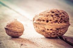 Valnötter på en trätabell Arkivbild