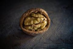 Valnötter på en trätabell Arkivbilder