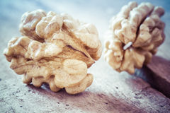 Valnötter på en trätabell Arkivfoto