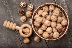 Valnötter på en trätabell Royaltyfri Foto