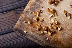 Valnötter på träbakgrund Royaltyfri Foto