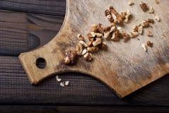 Valnötter på träbakgrund Arkivfoton