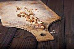Valnötter på träbakgrund Selektivt fokusera Royaltyfri Bild