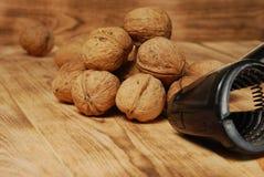 Valnötter på träbakgrunden Royaltyfri Fotografi