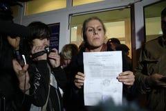 Valobservatörer Lubov Sobol berättar pressen om kränkningar på dess röstning Arkivbilder