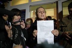 Valobservatörer Lubov Sobol berättar pressen om kränkningar på dess röstning Royaltyfri Bild