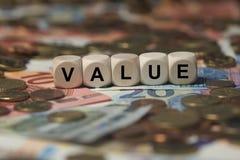 Valor - cubo con las letras, términos del sector del dinero - muestra con los cubos de madera fotos de archivo
