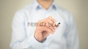 Valor da propriedade, escrita do homem na tela transparente Fotografia de Stock Royalty Free