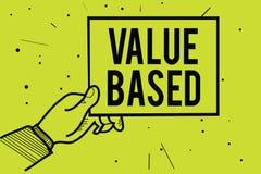 Valor do texto da escrita baseado Significado do conceito que considera o valor do produto em satisfazer a mão do homem do client foto de stock